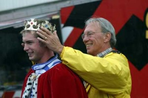Murley crowning Bobby Wilson as the 2003 King of the Streets winner at the Rock Island Grand Prix